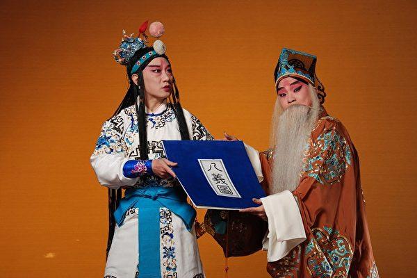 《趙氏孤兒》名列中國古典悲劇經典之一,由老生王鶯華(右)主演程嬰、汪勝光飾趙武。(國光劇團提供)