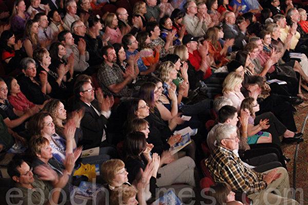 4月20日神韵巡回艺术团在美国内布拉斯加州奥马哈市首场演出。(摄影:王松林/大纪元)