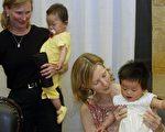 近年來,外國人想到中國領養健康嬰兒越來越難,領養殘疾兒童相較容易,通常可在一年內等到。(PETER PARKS/AFP/Getty Images)