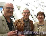 2010年4月27日晚,國家博物館的法律顧問高爾和丈夫(中)及朋友安迪一同前來觀看了神韻演出。(大紀元)