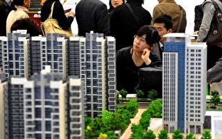 中國樓市近期顯現龐氏騙局「陰影」,就是說它已經到了需要後來投資者的投資去償付前期投資者回報的地步。圖為2010年4月9日,在北京房地產交易會上買主在看新房。 (圖/STR/AFP/Getty Images)