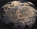 图:ICA博物馆的石头上刻着人骑在三角龙的背上(图片提供:Dr. Don Patton)