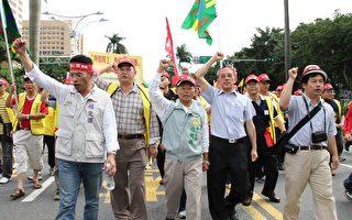 杨秋兴与劳工一同参加五一大游行