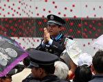 美国现任和前任情报官员表示,中国对上海世博的热情,背后大有文章,他们声称上海世博提供中国刺探美国机密的绝佳机会。图为一名警察在上海世博会上。 (图/Feng Li/Getty Images)
