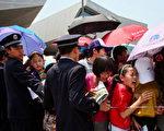 上海世博会开幕的当天,中国冤民大同盟主要成员裘美丽,及其他两位冤民在当天下午3时进入世博会会馆内抗议时,被刑事拘留。图为警察在上海世博会上。 (图/Feng Li/Getty Images)