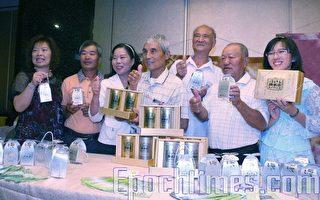 台南縣無米樂提升稻米品質促進會理事長黃崑濱(中)等推薦發芽玄米系列產品。(攝影:賴友容/大紀元)