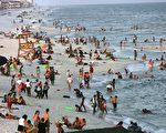 """圣约翰斯郡(St.Johns)是佛州最健康的地方。图为佛州西北部号称""""全球最白沙滩""""的彭萨科拉海滩和游客。(Spencer Platt/Getty Images)"""