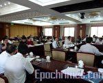 中国律师协会大多时候是被当作中国司法局的一个内设机构,在保护律师权益方面鲜有作为。因此,2009年5月17日,近60名法学专家和律师参加的法律研讨会在北京召开,对律师权益问题做了深入探讨。(大纪元)