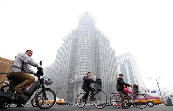 中国日益扩大的贫富差距越来。图为北京街道一隅。(FREDERIC J. BROWN/AFP/Getty Images)