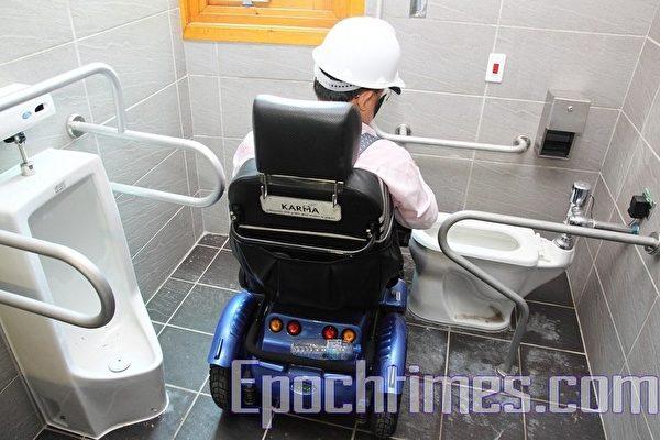 花博新生公園夢想館,殘障廁所門口的寬度未達到「身心障礙者權益保障」所規定的90公分,廁所內的迴旋空間也有所不足,當中有許多固定的鐵桿子擋住,這皆使得身障者難以順利如廁。(攝影:林伯東/大紀元)