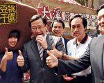 桃园吴志扬县长、六位到场的县籍立委到立法院力促大溪豆干 。(桃园县政府提供、记者徐乃义/翻摄)