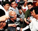赵作海(中)在中共不公的司法体制下坐了11年冤狱,却得不到政府的合理赔偿。(图:新唐人电视台)