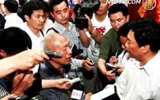 趙作海(中)在中共不公的司法體制下坐了11年冤獄,卻得不到政府的合理賠償。(圖:新唐人電視台)