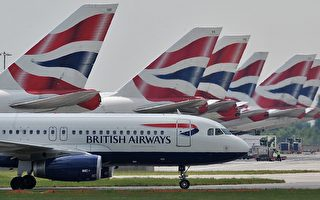 英国航空(BA)21日公布财报,由于载客量下跌,年度税前亏损达5.31亿英镑(7亿6500万美元)新高,不过预估今年收支将能平衡。图为停放在伦敦希思罗机场的英国航空公司飞机。(图片来源: CARL DE SOUZA / AFP)