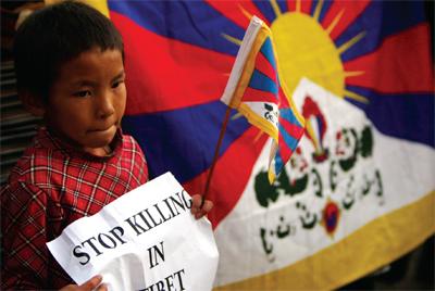 零九年十月二十日中共判处四名藏人死刑。一名藏族孩子手持标语表达诉求。中共的人权问题一直是悬而未决的问题(AFP)