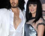 男星罗素-布兰德(Russell Brand)带来了自己的未婚妻凯蒂-佩里(Katy Perry),两人携手登场。(图/Getty Images)