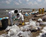 圖為5月23日洛杉磯路易斯安那州富爾巴港口,漏油的石油正在被清理。(Photo by John Moore/Getty Images)