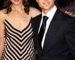 """汤姆·克鲁斯(Tom Cruise)与老婆凯蒂·霍尔姆斯(Katie Holmes)恩爱亮相,身形高挑的阿汤嫂让阿汤哥看起来更加的""""小鸟依人""""。(图/Getty Images)"""