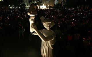 """""""六‧四""""二十周年时候,香港有15万人进行烛光纪念。图为民主女神像。(图片来源:Getty Images)"""