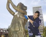 前六四学生领袖封从德在为座落在旧金山中国城中心花园角广场的六四民主女神像清洗。(摄影:马有志/大纪元)
