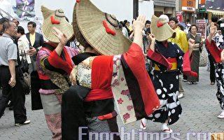 在浅草商店街内表演的秋田县传统舞蹈(摄影:牧久惠/大纪元)