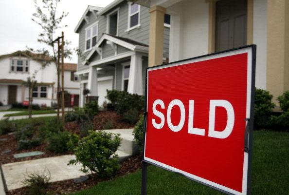 美国成屋持续紧俏 房价一年飙升两成创新高