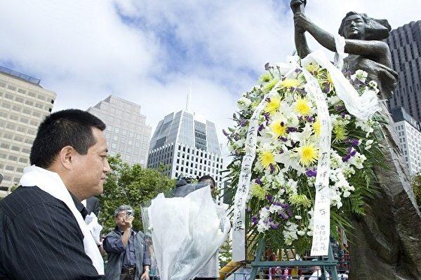 献花仪式在民主人士郭保胜的主持下,由原北京体育学院六四学生、被坦克碾压致残的方政开始献花。(摄影:马有志/大纪元)