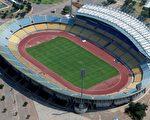 6月11日至7月11日在南非舉行的2010年世界杯足球賽,將在國內10個體育場進行比賽,將有450萬名國際球迷前來觀看助興。圖為2010年2月14日鳥瞰位於勒斯滕堡的皇家巴弗肯足球賽體育場。(AFP PHOTO / EUROLUFTBILD)