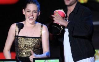 """电影""""暮光之城""""男女主角罗伯派汀森(Robert Pattinson)和克莉丝汀史都华(Kristen Stewart)两人开心获奖。 (图/Getty Images)"""