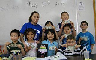 華聯會課後補習班的稚齡學童,深知圖書館一旦關閉會影響將來學習,在老師蘇珊(後左一)帶動下,早前發起每人1元捐助「認養」海蘭圖書館。(圖由主辦單位提供)