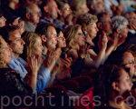 2010年6月8日意大利都靈當地時間晚8點,美國神韻巡迴藝術團在都靈的首場中,觀眾掌聲熱烈而持久。(攝影:吉森、文婧/大紀元)