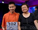 唐蘭森和媽媽唐因在全美拼字大賽競賽現場(攝影:李莎 / 大紀元)