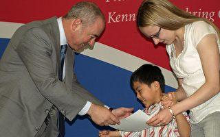华裔童美国寻梦 移民局长带领宣誓入籍