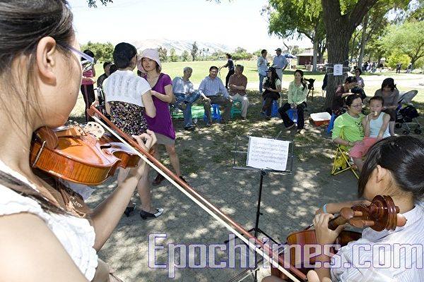 """6月12日周六中午,美国旧金山""""人道中国""""在费利蒙市风景秀丽的伊莉莎白湖畔(Elizabeth lake)举办了一个小型音乐、歌唱、烧烤午餐会,欢迎余志坚和喻东岳两位天安门勇士及家人来到湾区。有30多位湾区民众参加了餐会,伴随着音乐、歌声、和烧烤,场面亲切温馨。(摄影:马有志/大纪元)"""
