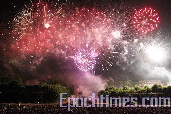 五彩缤纷的礼花在炸雷般的轰鸣中绽放,给人以强烈的视觉听觉冲击。(摄影:章乐/大纪元)
