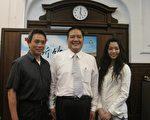 陈玟羽(右)与父亲(左)向许市长(中)说明纽约行。(摄影:林宝云/大纪元)