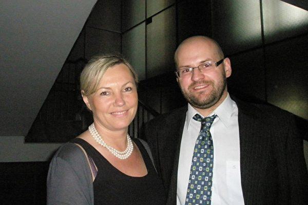 罗兹市中心一家著名餐厅的老板Monika Dąbrowska 先生和妻子 Maciej Dąbrowski带着全家来观看了神韵。(摄影:文华/大纪元)
