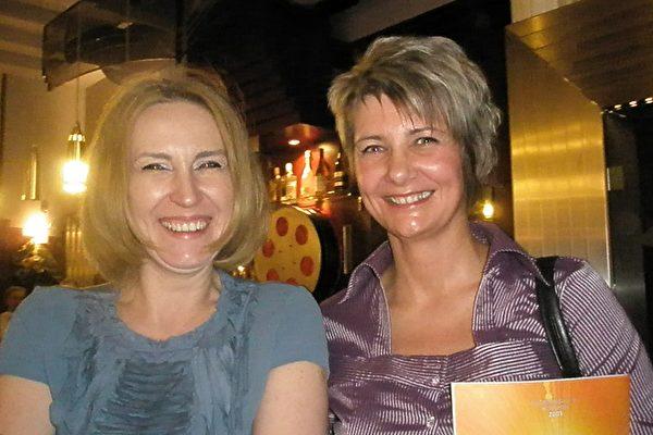 波兰罗兹电视台广告部专门负责剧院演出的艺术总监Beata Umińska 女士(左)和在儿童精神理疗医院工作的朋友。(摄影:文华/大纪元)