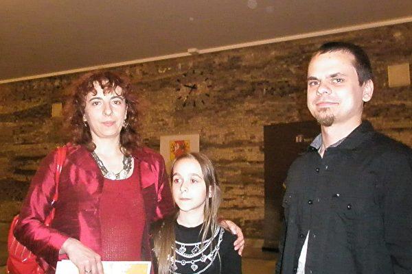 心理学家Aleksandra Szczegiełek先生和女友Karol Krasiński女士及她的女儿Marysia一起观看了神韵演出。(摄影:文华/大纪元)