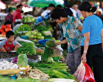 中国大陆物价上扬,图为北京民众正在购买蔬菜。(图片来源:法新社)
