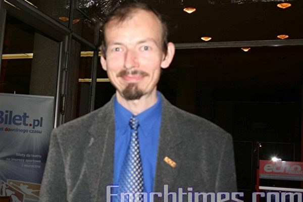 2010年6月16日,查克先生如愿以偿,在罗兹大剧院观赏了神韵今年在欧洲的最后一场演出。(摄影:黄芩/大纪元)