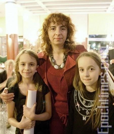 心理学家亚历山德拉(Aleksandra Szczyiel)偕同两位女儿观看神韵演出(摄影:Jan/大纪元)