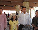 """天安门""""三君子""""喻东岳(左)、余志坚(右二)在视觉艺术家协会主席刘雅雅(左二)等邀请下访洛,受到热情欢迎(右一为冯国将)。(摄影:刘菲/大纪元)"""