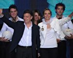 哥倫比亞總統決選中,前國防部長桑托斯(Juan Manuel Santos)囊括69.2%的選票,贏得大選。圖為桑托斯(前左)全家合影。(圖片來源:EITAN ABRAMOVICH/AFP)