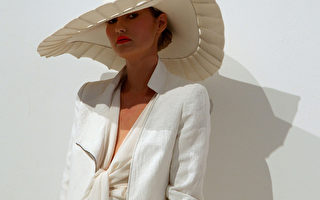 宽边夏帽(LARGE-RIMMED SUMMER HAT):卡拉‧冉帕蒂(Carla Zampatti)设计,2010年4月于悉尼春夏时装周。(Mike Flokis/Getty Images)