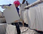 """近两年,成千上万的中国民众在""""毒奶粉""""、""""假疫苗""""和""""豆腐渣""""房屋中受到巨大的伤害,至今他们也没有几个人得到补偿,远在美国的屋主会得到应有的赔偿吗?图为青海省制造石膏墙板(drywall)的工人 。(China Photos/Getty Images)"""