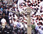 由富士康事件引發的中國罷工浪潮愈演愈烈,圖為江蘇昆山花橋台資KOK書元機械廠在準備上街遊行時,則被員警毆打,五十多人受傷。(AFP)