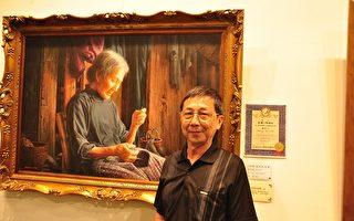 魏荣欣摄于国际大赛得奖作品前。(摄影:赖月贵/大纪元)
