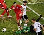 6月27日,世界杯1/8决赛德国队与英格兰队的比赛中,德国门将诺伊尔(Manuel Neuer,中)防堵英格兰队进球。(法新社)