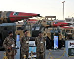 巴基斯坦陆军士兵守卫展示的核导弹 (ASIF HASSAN/AFP/Getty Images)